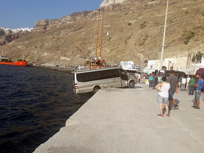 Μικρό λεωφορείο «αιωρείται» στο λιμάνι της Σαντορίνης (φωτο)