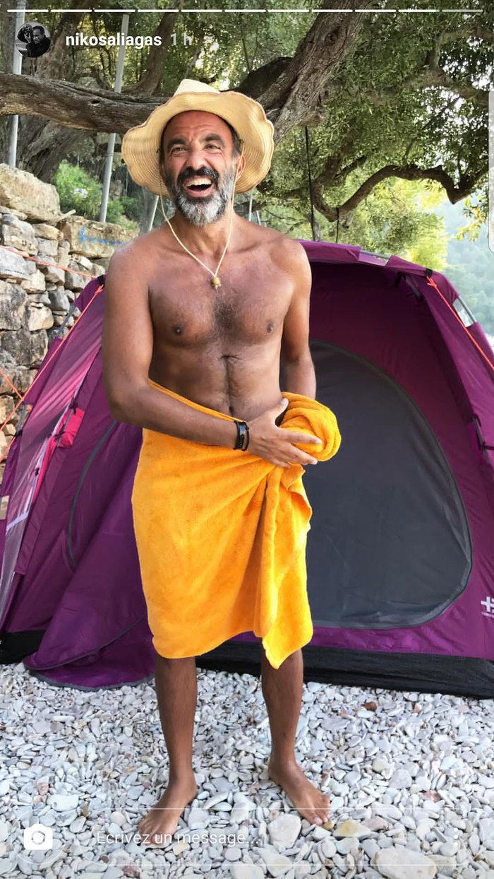 Ο Αλιάγας ποζάρει μόνο με την πετσέτα του και σκάει στα γέλια  [εικόνα]