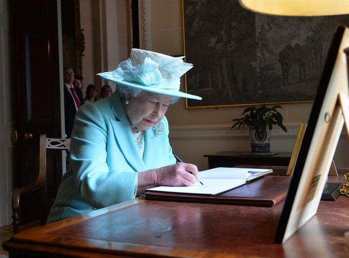 Ο απίστευτος λόγος που η βασιλική οικογένεια δεν υπογράφει αυτόγραφα - εικόνα 2