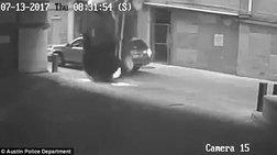 Αυτοκίνητο πέφτει από τον 7ο όροφο πάνω σε διερχόμενο ΙΧ -βίντεο