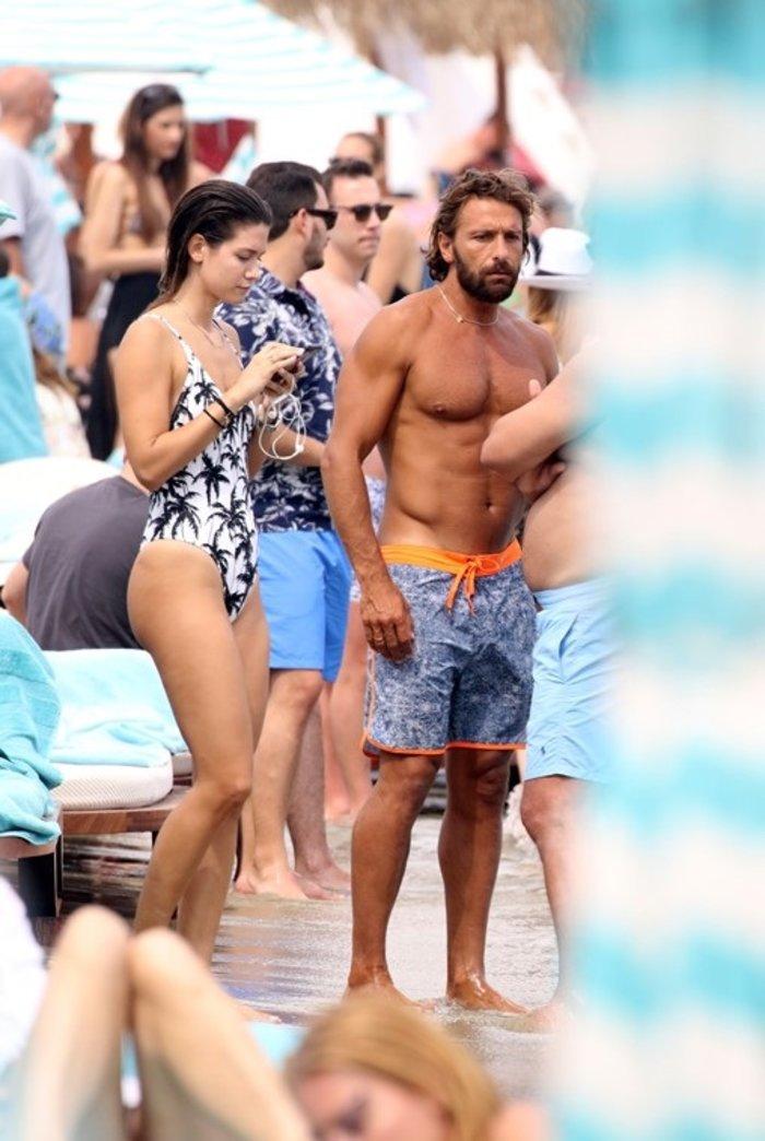 Ποιο ζευγάρι της ελληνικής showbiz ανταλλάζει καυτά φιλιά στη Μύκονο;