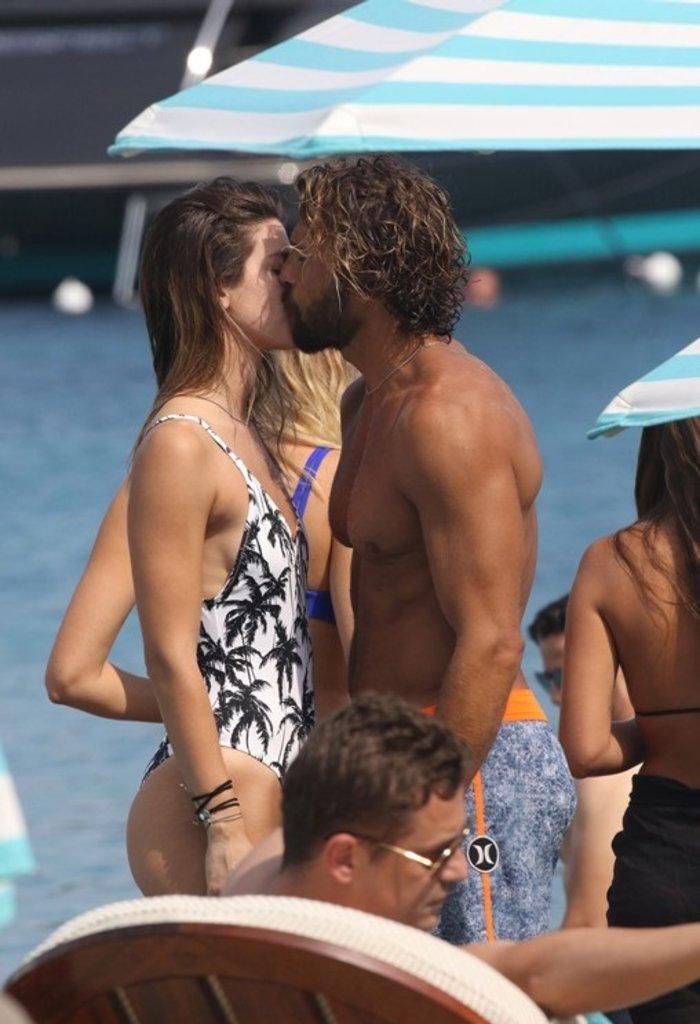 Ποιο ζευγάρι της ελληνικής showbiz ανταλλάζει καυτά φιλιά στη Μύκονο; - εικόνα 3
