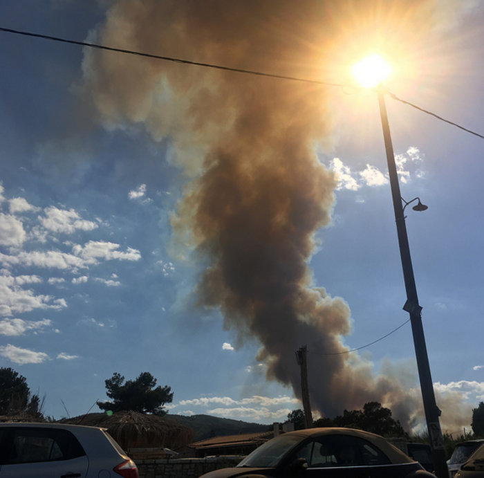 Εκτός ελέγχου η φωτιά σε Κάλαμο - Βαρνάβα: Απειλούνται σπίτια - εικόνα 15