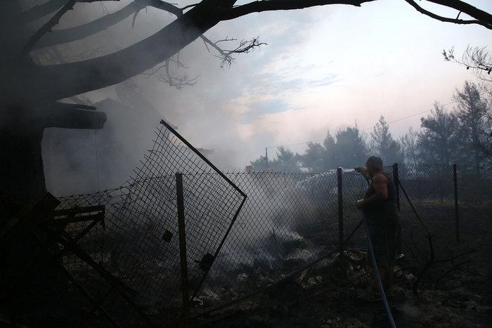 Εκτός ελέγχου η φωτιά σε Κάλαμο - Βαρνάβα: Απειλούνται σπίτια - εικόνα 7