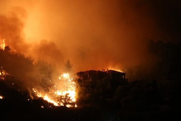 Εκτός ελέγχου η φωτιά σε Κάλαμο - Βαρνάβα: Απειλούνται σπίτια - εικόνα 5
