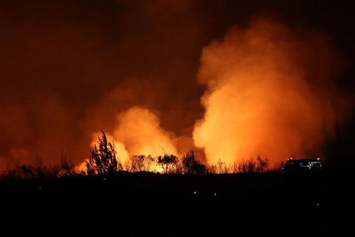Εκτός ελέγχου η φωτιά σε Κάλαμο - Βαρνάβα: Απειλούνται σπίτια - εικόνα 3