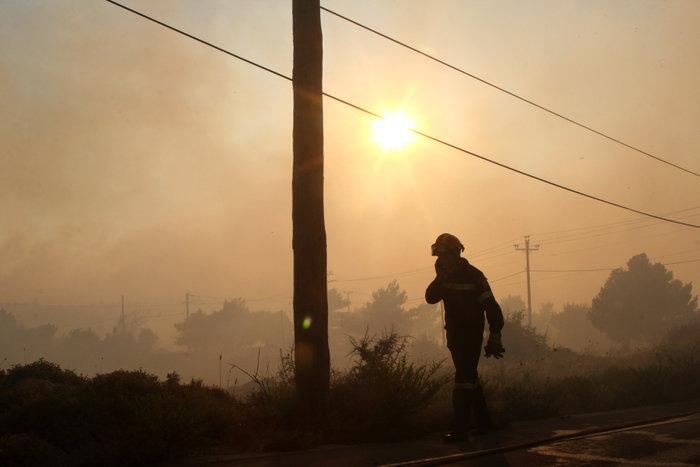Εκτός ελέγχου η φωτιά σε Κάλαμο - Βαρνάβα: Απειλούνται σπίτια