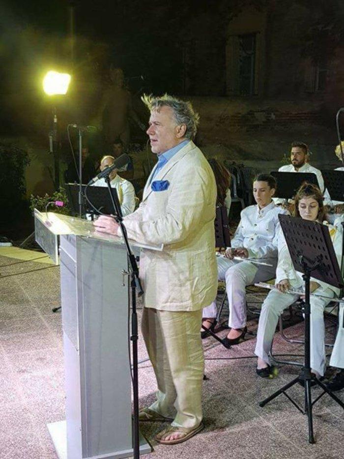 Ποιος υπουργός εμφανίστηκε με κοστούμι, ποσέτ και ...σαγιονάρα