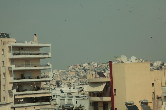 Σκέπασε τον ουρανό της Αττικής ο καπνός από τον Βαρνάβα - εικόνα 5