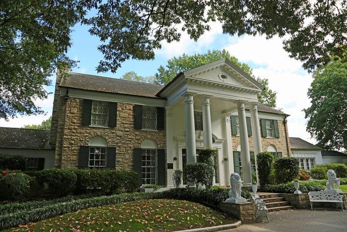 """Μνημόσυνο Έλβις Πρίσλεϊ: Συρρέουν στην Graceland οι θαυμαστές του """"βασιλιά"""""""