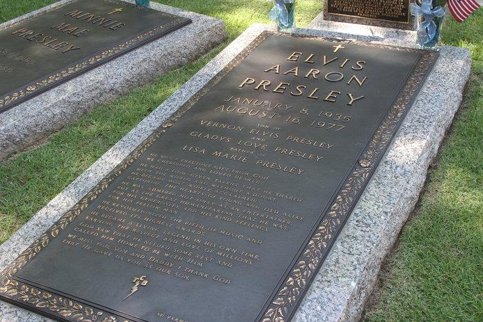 """Μνημόσυνο Έλβις Πρίσλεϊ: Συρρέουν στην Graceland οι θαυμαστές του """"βασιλιά"""" - εικόνα 2"""