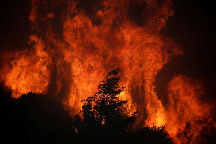 Μαίνεται ο πύρινος εφιάλτης σε Κάλαμο, Καπανδρίτι και Βαρνάβα