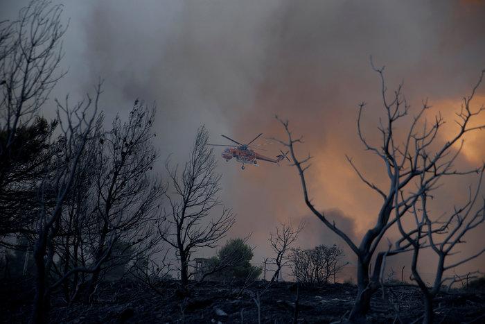 Μαίνεται ο πύρινος εφιάλτης σε Κάλαμο, Καπανδρίτι και Βαρνάβα - εικόνα 3