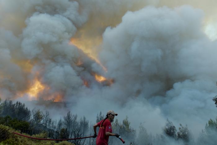 Μαίνεται ο πύρινος εφιάλτης σε Κάλαμο, Καπανδρίτι και Βαρνάβα - εικόνα 5