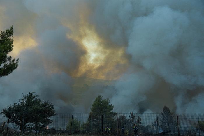 Μαίνεται ο πύρινος εφιάλτης σε Κάλαμο, Καπανδρίτι και Βαρνάβα - εικόνα 9