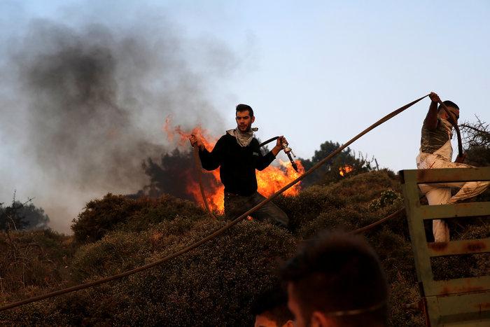 Ολονύχτια μάχη με τα πύρινα μέτωπα σε Κάλαμο και Καπανδρίτι