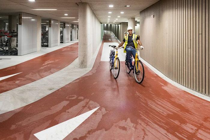 Άνοιξε στην Ολλανδία το μεγαλύτερο πάρκινγκ ποδηλάτων στον κόσμο