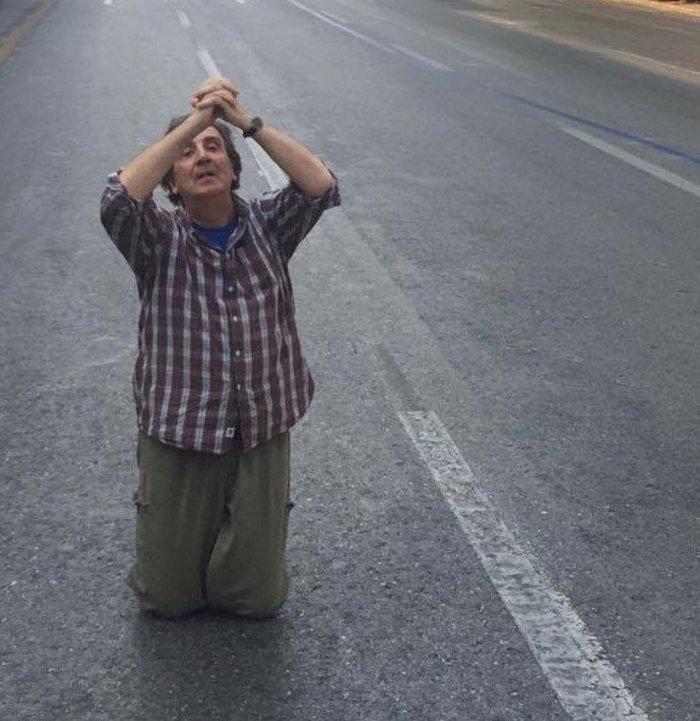 """Ο Άγγελος Παπαδημητρίου """"προσεύχεται"""" στην άδεια Αθήνα"""