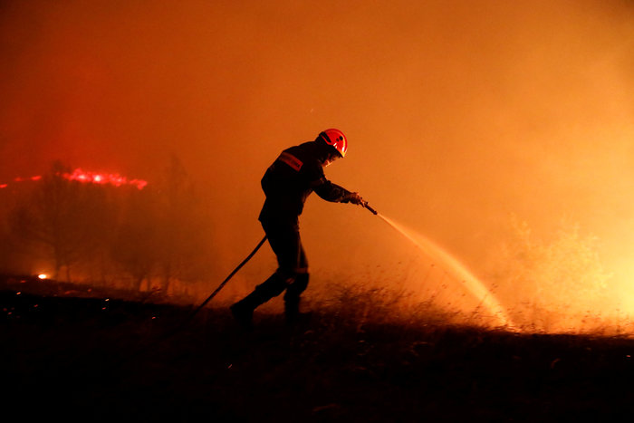 H εικόνα της ημέρας από το Reuters: Ο ήρωας πυροσβέστης