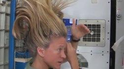 Πώς λούζουν τα μαλλιά τους οι αστροναύτες; Δείτε το βίντεο