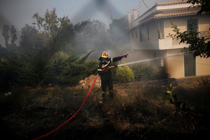 Οι μοναχικοί ήρωες των ημερών με τον φακό του Reuters - εικόνα 17