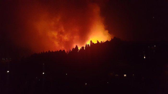 Μεγάλη πυρκαγιά σε δασική έκταση στα Σωματάτα Κεφαλονιάς -φωτό & βίντεο
