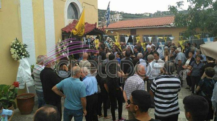 Σπαραγμός στην κηδεία της 37χρονης στην Κρήτη, κατέρρευσε ο πατερας της