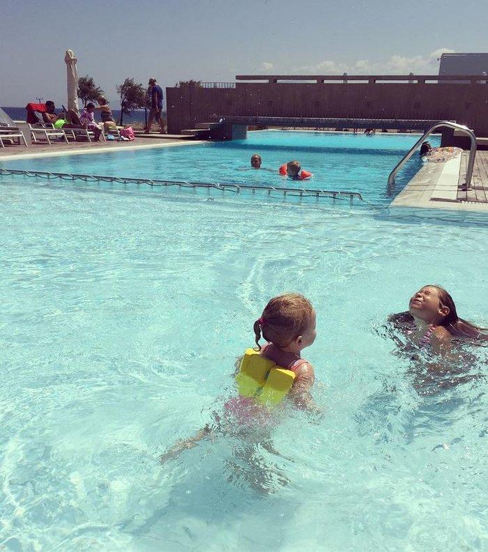 Η δίχρονη κόρη της Καγιά κάνει κολύμπι και ιππασία [Εικόνες]