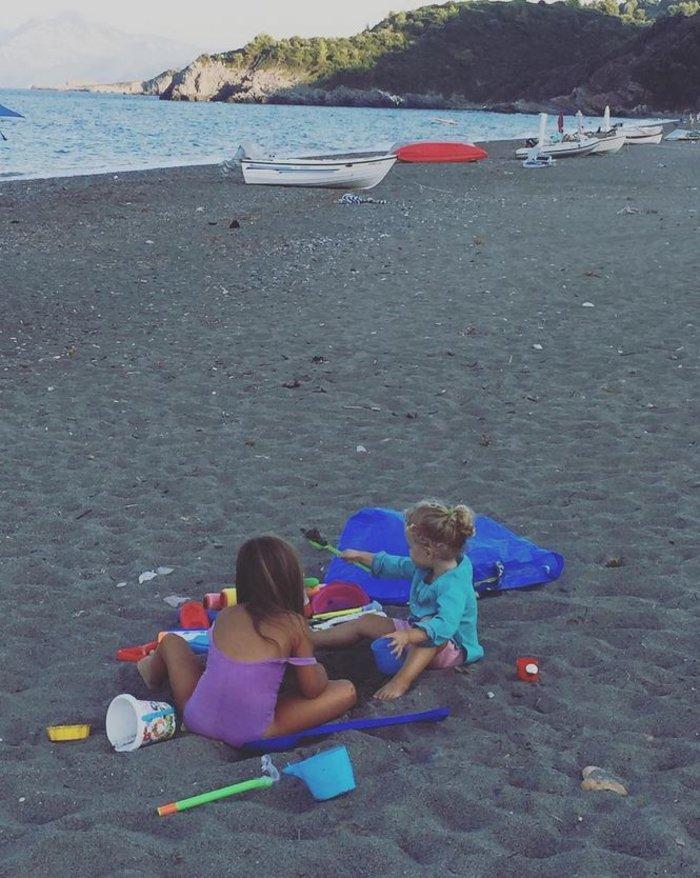 Η δίχρονη κόρη της Καγιά κάνει κολύμπι και ιππασία [Εικόνες] - εικόνα 2
