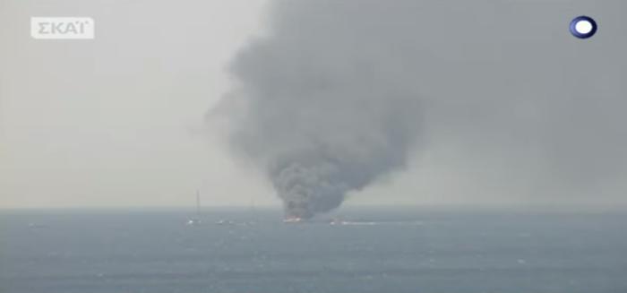 Βυθίστηκε το σκάφος που τυλίχτηκε στις φλόγες στον Άλιμο