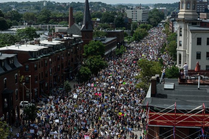 Χιλιάδες διαδηλωτές κατά του ρατσισμού στους δρόμους της Βοστώνης - εικόνα 4
