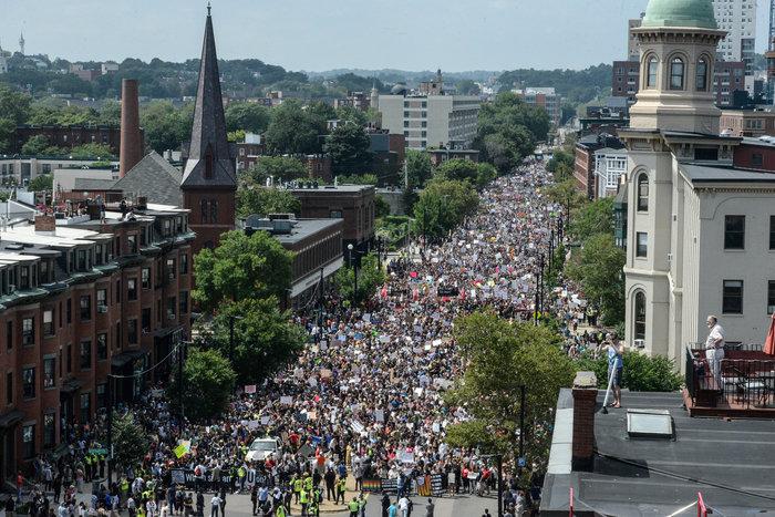 Χιλιάδες διαδηλωτές κατά του ρατσισμού στους δρόμους της Βοστώνης - εικόνα 5
