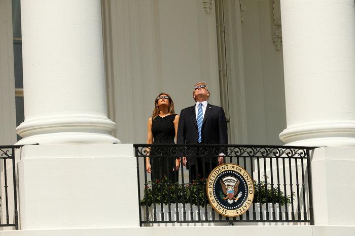 Τραμπ και Μελάνια φόρεσαν τα ειδικά γυαλιά και είδαν την έκλειψη ηλίου