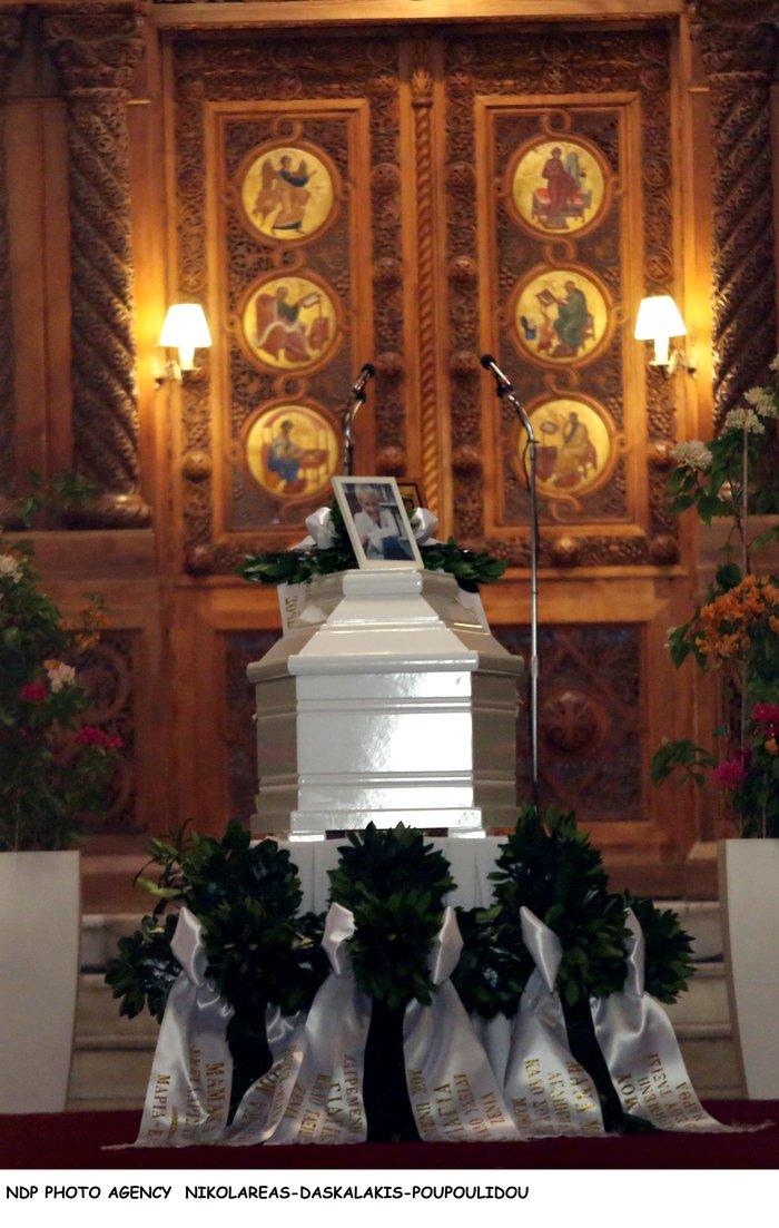 Κηδεία Ζωής Λάσκαρη: Το τελευταίο χειροκρότημα στην αγαπημένη ηθοποιό - εικόνα 17