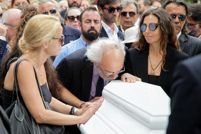 Κηδεία Ζωής Λάσκαρη: Το τελευταίο χειροκρότημα στην αγαπημένη ηθοποιό - εικόνα 7