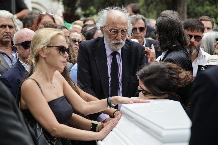 Κηδεία Ζωής Λάσκαρη: Το τελευταίο χειροκρότημα στην αγαπημένη ηθοποιό - εικόνα 9