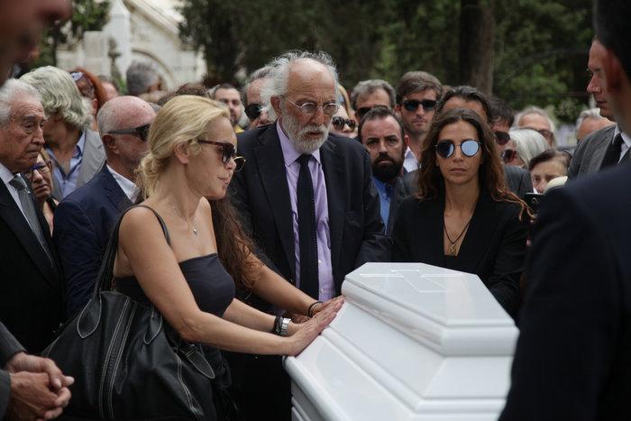 Κηδεία Ζωής Λάσκαρη: Το τελευταίο χειροκρότημα στην αγαπημένη ηθοποιό - εικόνα 10