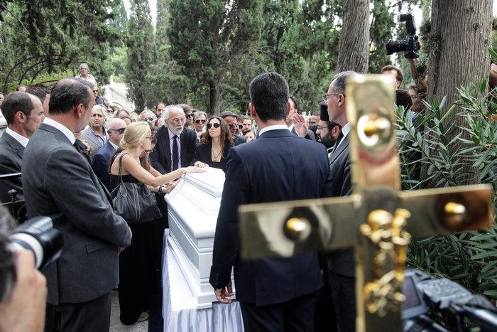 Κηδεία Ζωής Λάσκαρη: Το τελευταίο χειροκρότημα στην αγαπημένη ηθοποιό - εικόνα 11