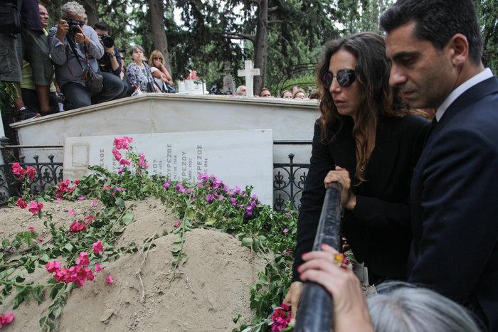 Κηδεία Ζωής Λάσκαρη: Το τελευταίο χειροκρότημα στην αγαπημένη ηθοποιό - εικόνα 12
