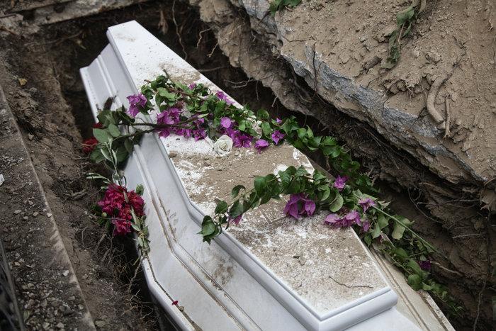 Κηδεία Ζωής Λάσκαρη: Το τελευταίο χειροκρότημα στην αγαπημένη ηθοποιό - εικόνα 13