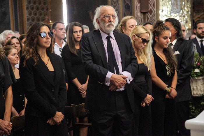 Aπαρηγόρητη η εγγονή της Ζωής Λάσκαρη στην κηδεία της γιαγιάς της
