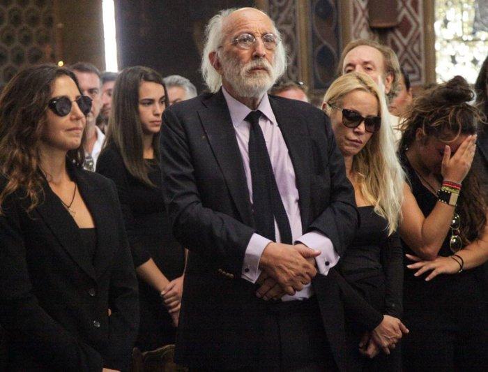 Aπαρηγόρητη η εγγονή της Ζωής Λάσκαρη στην κηδεία της γιαγιάς της - εικόνα 2