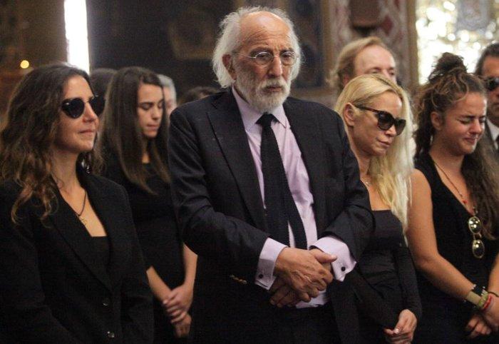 Aπαρηγόρητη η εγγονή της Ζωής Λάσκαρη στην κηδεία της γιαγιάς της - εικόνα 3