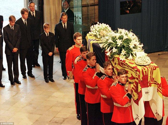 Συγκινεί ο πρίγκιπας Χάρι: Η στιγμή που μάθαμε ότι η μητέρα μας ήταν νεκρή - εικόνα 4