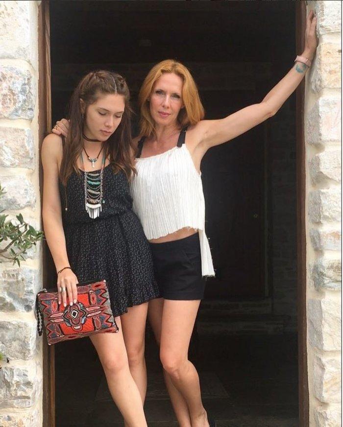Η Εβελίνα Παπούλια για γυρίσματα στην Σκόπελο με την όμορφη κόρη της [φωτο]