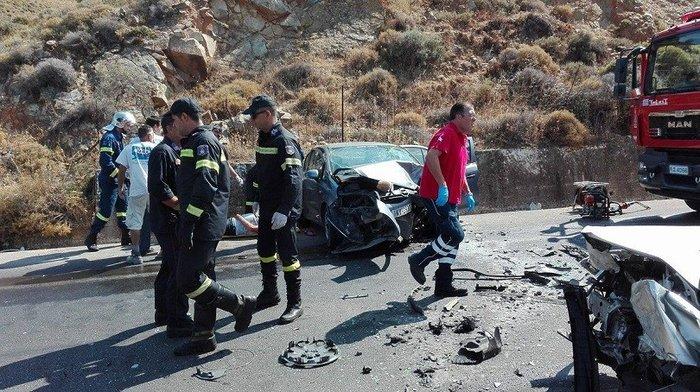Νέο τροχαίο με 5 τραυματίες στην Κρήτη - Σμπαράλια τα δυο αυτοκίνητα video