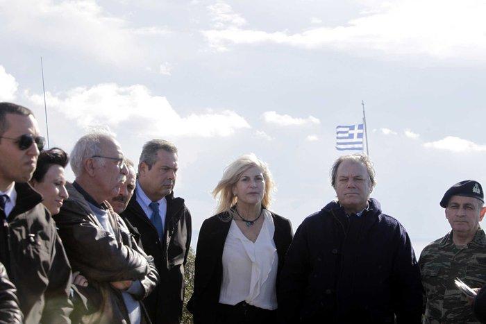 Η βουλευτής του ΣΥΡΙΖΑ Νίνα Κασιμάτη δίπλα στον Ηλία Κασιδιάρη της Χρυσής Αυγής.