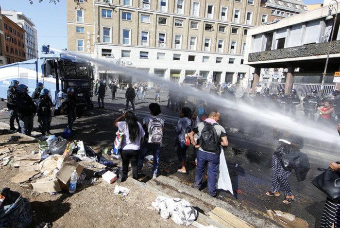 Εκδίωξαν  με αντλίες νερού μετανάστες και πρόσφυγες στη Ρώμη (φωτό)