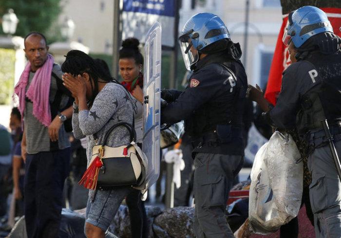 Εκδίωξαν  με αντλίες νερού μετανάστες και πρόσφυγες στη Ρώμη (φωτό) - εικόνα 3
