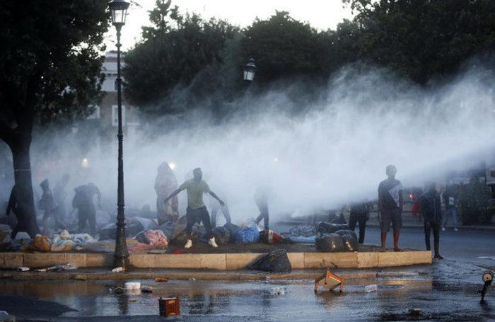 Εκδίωξαν  με αντλίες νερού μετανάστες και πρόσφυγες στη Ρώμη (φωτό) - εικόνα 4